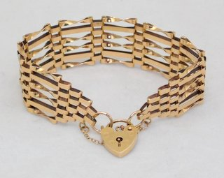 9ct Yellow Gold Gate Bracelet with Safety Chain. Hallmarked .375. 14.3 gms.